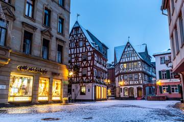 Beleuchtete Mainzer Altstadt im Schnee