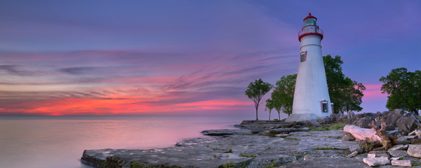 Fototapeten Leuchtturm Marblehead Lighthouse on Lake Erie, USA at sunrise