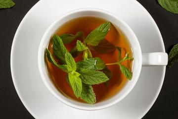 чай в кружке стоит на столе