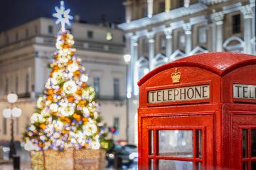 In de dag Centraal Europa Rote Telefonzelle vor beleuchtetem Weihnachtsbaum in London zur Weihnachtszeit