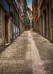 Fond de hotte en verre imprimé Bestsellers Uphill Narrow Cobblestone Alley, Porto, Portugal
