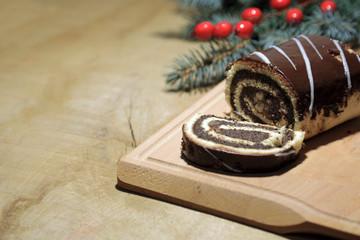 Makowiec świąteczny z bakaliami na drewnianej desce, Boże Narodzenie.