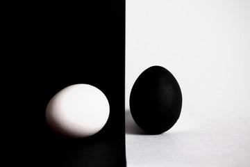 чёрное яйцо лежит на белом фоне белое яйцо лежит на чёрном фоне