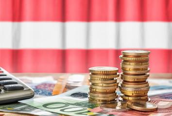 Fotomurales - Geldscheine und Münzen vor der Nationalflagge Österreichs