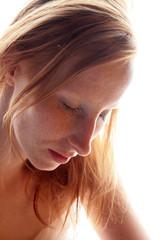 Sommersprossige rothaarige Frau