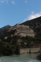 Dalla cima della collina su cui si posa il forte di Bard domina la valle in cui corre la Dora Baltea