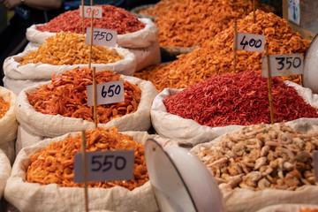 Sacos de camarones secos en el mercado