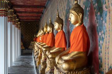 Sala con budas dorados rezando