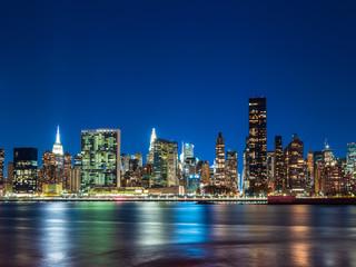 ニューヨーク イーストリバーとマンハッタンの摩天楼