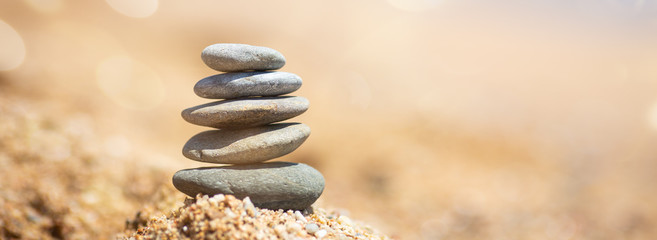 Photo sur Plexiglas Zen pierres a sable Balance of stones on the beach, sunny day