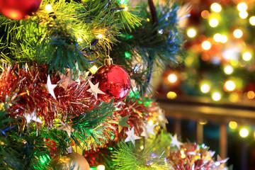 Boże Narodzenie, czerwona bombka na choince.
