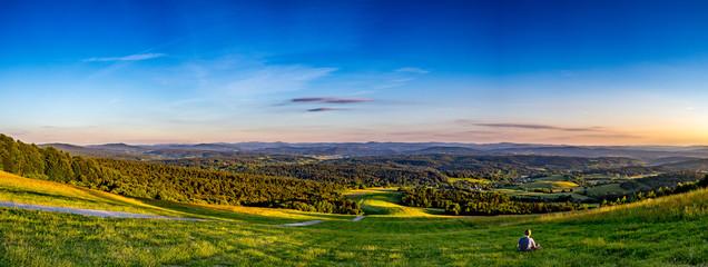 Piękna zielona i słoneczna polana w górach