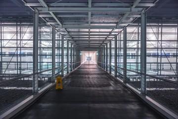 Korridor mit schöner Lichtstimmung am Flughafen München