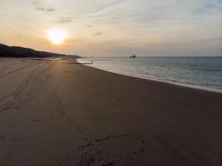 Menschenleerer Strand an der Nordsee bei Sonnenschein (Luftaufnahme, Drohne)