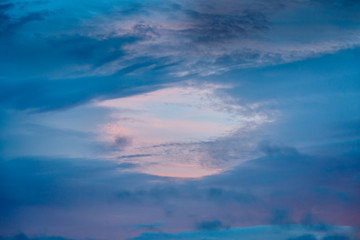 Cielo azul con tonos anaranjados al atardecer.