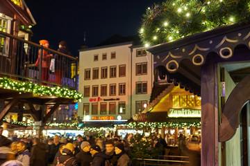 Kölner Weihnachtsmarkt am Heumarkt. Die Weihnachtsmärkte in Köln ziehen jedes Jahr Besucher aus aller Welt an.
