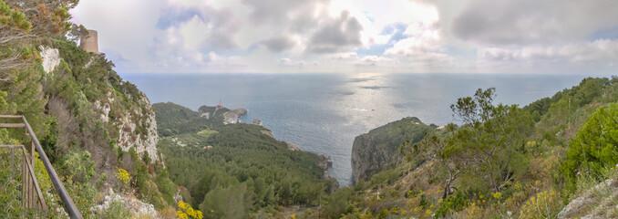 Die steinige Westküste der Insel Capri mit ihrem wunderschönen Wanderpfad und einigen kleinen Festungsruinen.