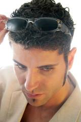 Cooler Mann mit Sonnenbrille