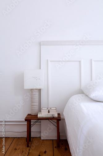 Bett Vor Weisser Paneelen Wand Und Nachtisch Mit Lampe Stock Photo