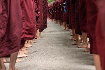 Pies de Monjes budistas. Amarapura, Myanmar