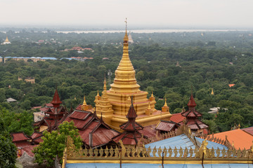 Vista de Mandalay con pagoda dorada. Myanmar