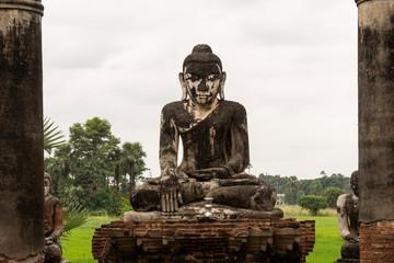 Ruinas antiguo templo con Buda. myanmar