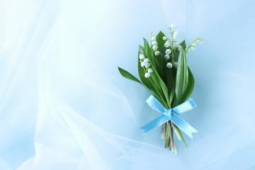 青いリボンをつけたスズランの花束