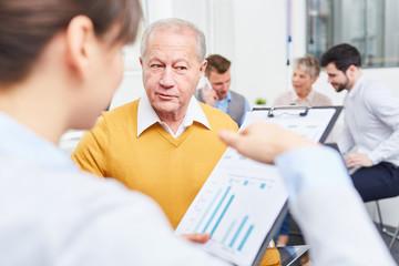 Berater erklärt Geschäftsmann Strategie