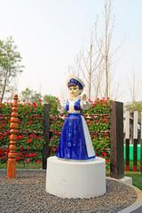 Keuken foto achterwand Hoogte schaal Girl sculpture in the garden