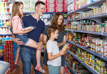 family  purchasing food in grocery  supermarket