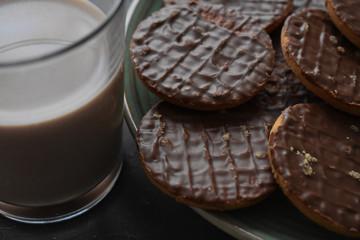 Deliciosas galletas de chocolate, vaso de leche