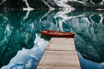 Ruderboot an einem Holzsteg Pragser Wildsee Dolomiten, Italien
