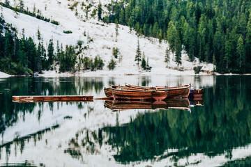 Ruderboote auf dem Pragser Wildsee Dolomiten Italien