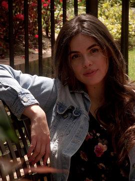 Daniela chica joven con chaqueta azul sentada en silla metalica
