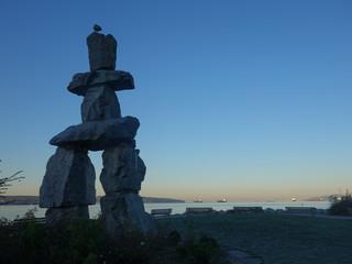 カナダ旅行中散歩をしていて見た石の彫像ときれいな朝焼け