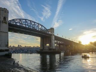 カナダの都市バンクーバーにかかる橋から見る美しい朝の空と海