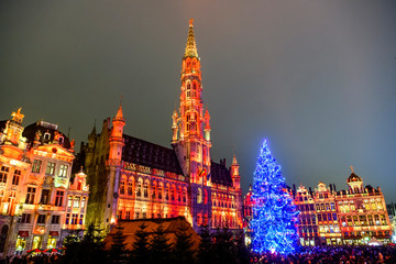Papiers peints Bruxelles Christmas lights show on the Grand Place with a huge Christmas tree in BRUSSELS, BELGIUM. 16-12-2018