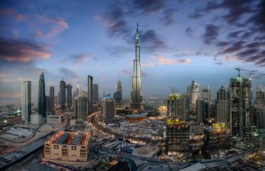 Die Business Bay im Zentrum von Dubai nach Sonnenuntergang am Abend