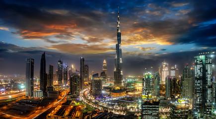 Foto op Plexiglas Dubai Blick auf die Business Bay in Dubai mit den modernen Wolkenkratzern bei Sonnenaufgang