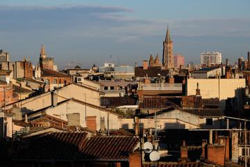 Toits de tuiles à Toulouse, ville rose, Clocher basilique Saint-Cernin, Occitanie, France