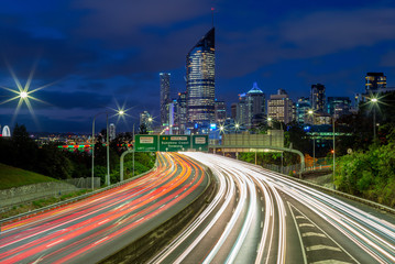 In de dag Nacht snelweg night scene of brisbane with traffic trails