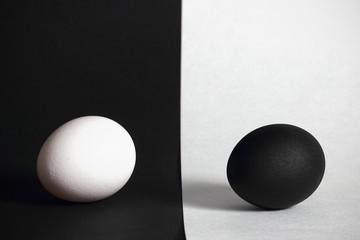 чёрное и белое яйцо на чёрном фоне