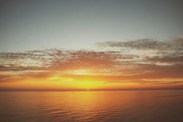 закат на море яркий рядом плывут облака