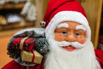 visage du Père Noël en rouge avec sa haute et ses cadeaux