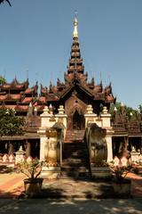 Antiguo Monasterio de Shwe Inbin, en madera de teca. Mandalay, Myanmar