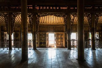 Antiguo Monasterio de Shwe Nan Daw Kyaung, de madera de teca dorada. Mandalay, Myanmar