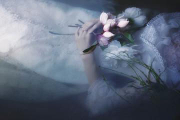 Ophelia Mädchen im Wasser mit Blumen Detail Wall mural
