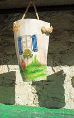 Buntes Keramikbild mit Fenster zum Anhängen als Dekoration