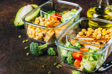 Photo sur Aluminium Assortiment Healthy meal prep containers chicken and fresh vegetables.