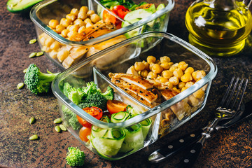Foto auf Gartenposter Sortiment Healthy meal prep containers chicken and fresh vegetables.